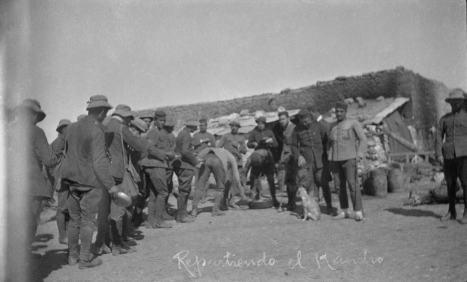 Repartiendo el rancho, ca. 1922 (foto Jaime Pla)