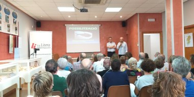 Presentación de la conferencia «Los fósiles, una ventana al pasado» (foto Pep Espluga)