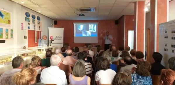 Un momento de la conferencia «Los fósiles, una ventana al pasado» (foto Pep Espluga)