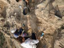 Trabajando en la quinta campaña de excavaciones en Els Castellassos (foto equipo de excavación)