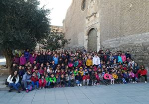 Foto de grupo en la plaza de la iglesia (foto Joan Rovira)