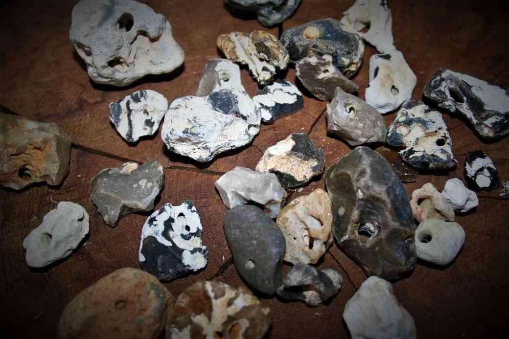 Lochstein-Amulett aus Hühnergöttern