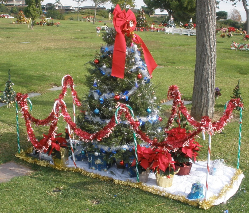 Culver City Christmas Tree: Christmas Tree Grave Decorations