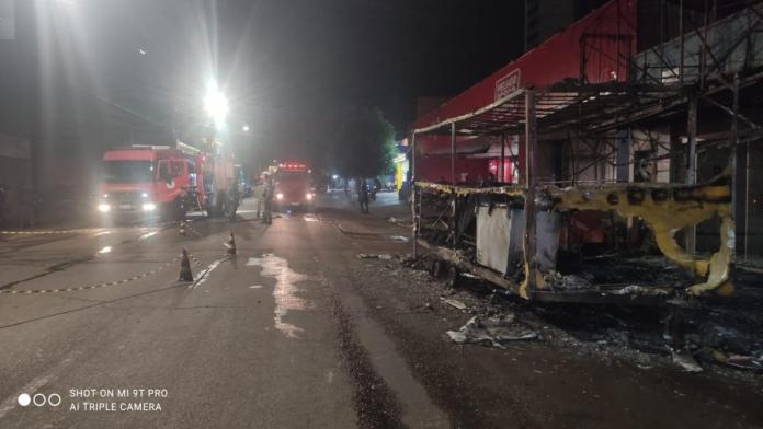 Veja vídeo – trailer de lanches pega fogo após mangueira explodir
