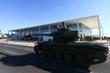 Na passagem em frente ao Palácio do Planalto, tanques foram saudados pelo presidente Marcelo Camargo/Agência