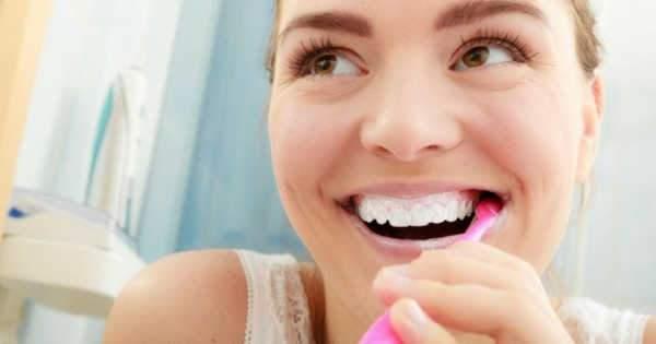 3 beneficios de cepillarte los dientes con tu mano no dominante