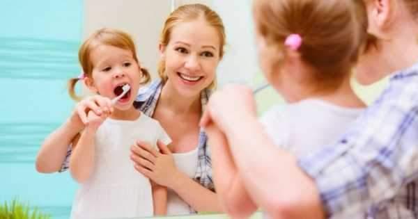 ¿A qué edad los niños pueden cepillarse los dientes solos