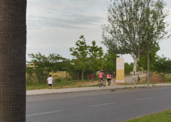 Diverses persones fent esport aquesta setmana a l'entrada de la Via Verda.