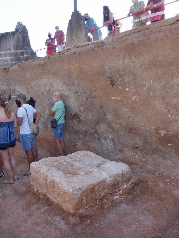 Troben La Base De La Creu Central De  L'antic Cementeri De Son Coletes