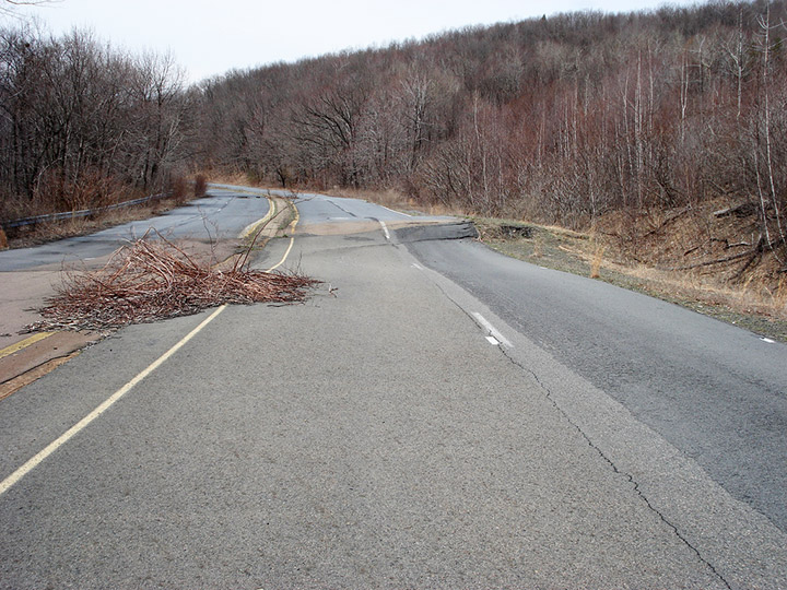 Abandoned Route 61 in 2007 before the graffiti. Credit: Flickr/fireballsedai