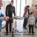 Jérémy Frasca (en blouse bleue) accueille les utilisateurs de vélos tous les mercredis.