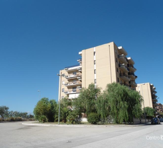 Zona Lucera 2 proponiamo appartamento in stabile di recente costruzione con ingresso, soggiorno a vista con angolo cottura, camera da letto, cameretta, bagno e ripostiglio. BOX