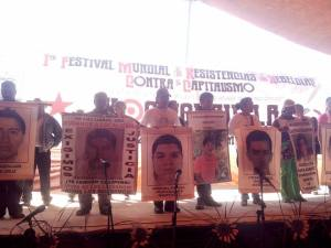 familiares y compañeros de los ausentes de Ayotzinapa.
