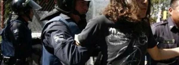 Represión a estudiantes en Puebla que se manifestaban por los 43 de Ayotzinapa