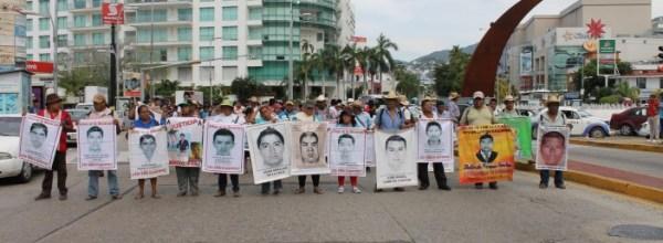 Marchan familias de Ayotzinapa y organizaciones en Acapulco