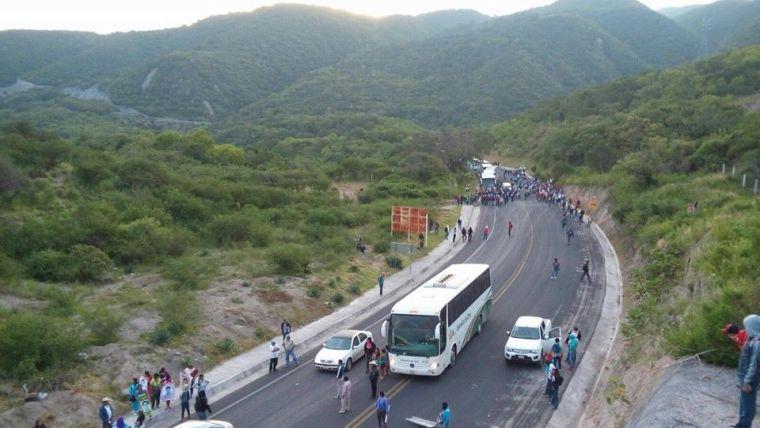 20150922 Familiares y estudiantes de Ayotzinapa tras bloqueo policiaco-militar