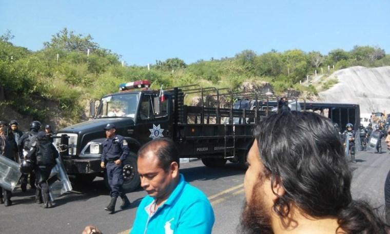 20151002 Policia bloquea salida de Tixtla 2