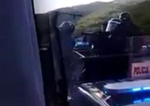 Disparos y toletazos contra autobús repeleto de estudiantes de Ayotzinapa