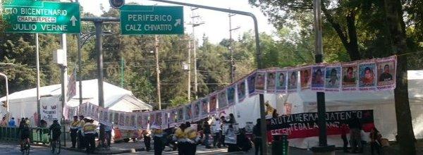 1 dic, 10 AM: Levantamiento del plantón de Ayotzinapa frente a Los Pinos