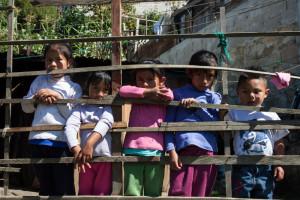 Niños y niñas desplazados de Banavil