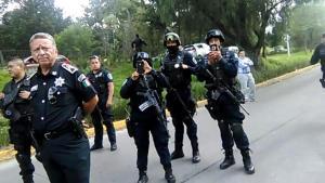 Policías con fusiles automáticos fuera de la FES Acatlán.