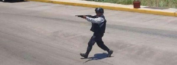 Madres y padres de Ayotzinapa amagados con armas largas por policías en Veracruz