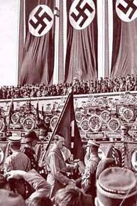 Adolf Hitler consacra bandiere tramite la Blutfahne