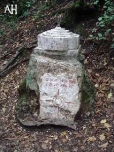 """Narni: il cippo che segna l'ubicazione del centro geografico d'Italia, posto vicino ai resti dell'antico acquedotto romano chiamato """"Formina"""""""