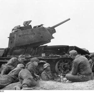 """Soldati della terza Panzer-Division SS """"Totenkopf"""" durante una pausa vicino a un carro T-34 sovietico distrutto. Fonte: Deutsches Bundesarchiv."""