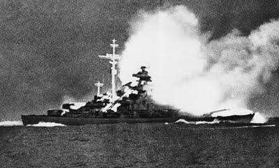 La Bismarck colpita.