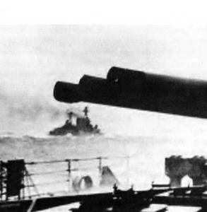 L'incrociatore da battaglia HMS Hood fotografato dalla corazzata HMS Prince of Wales.