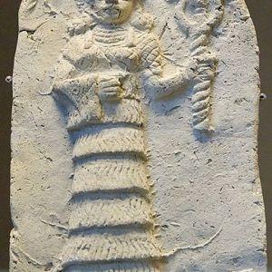 Ishtar. Bassorilievo in terracotta , secondo millennio a.C., da Eshnunna.