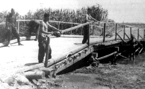 Pionieri SS impegnati a riparare un ponte sul fiume Cecina
