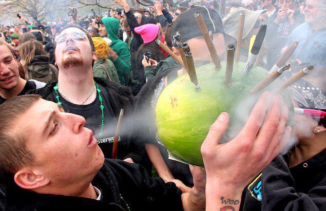 fumatori di spinello attraverso un'anguria