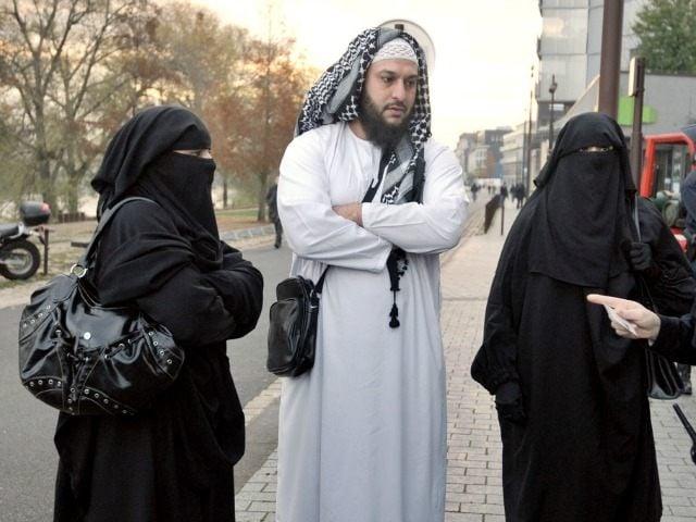 uomo musulmano con due mogli