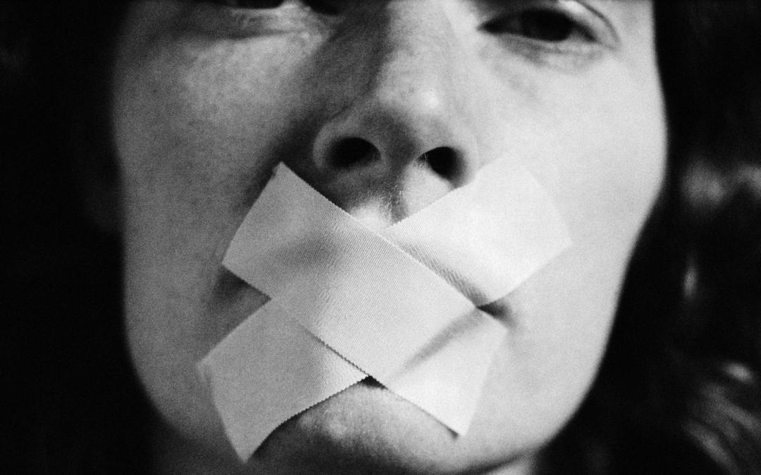 La legge francese punisce chi dice male dell'aborto