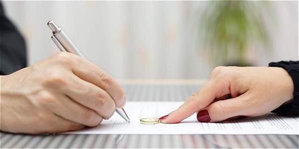 due mani che firmano un accordo prematrimoniale