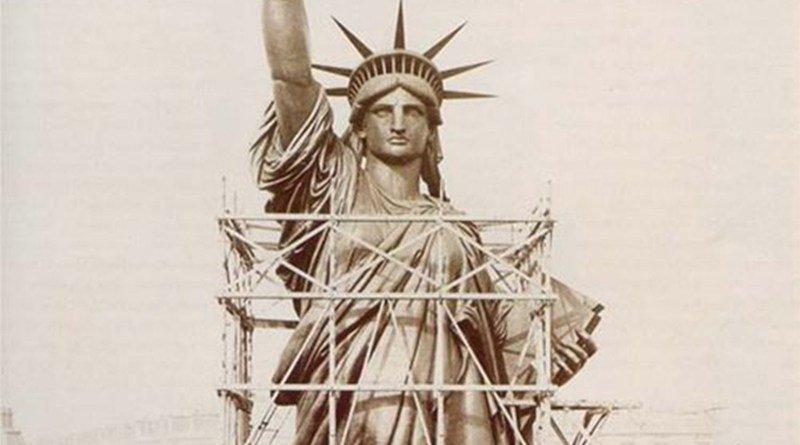 statua della libertà ingabbiata