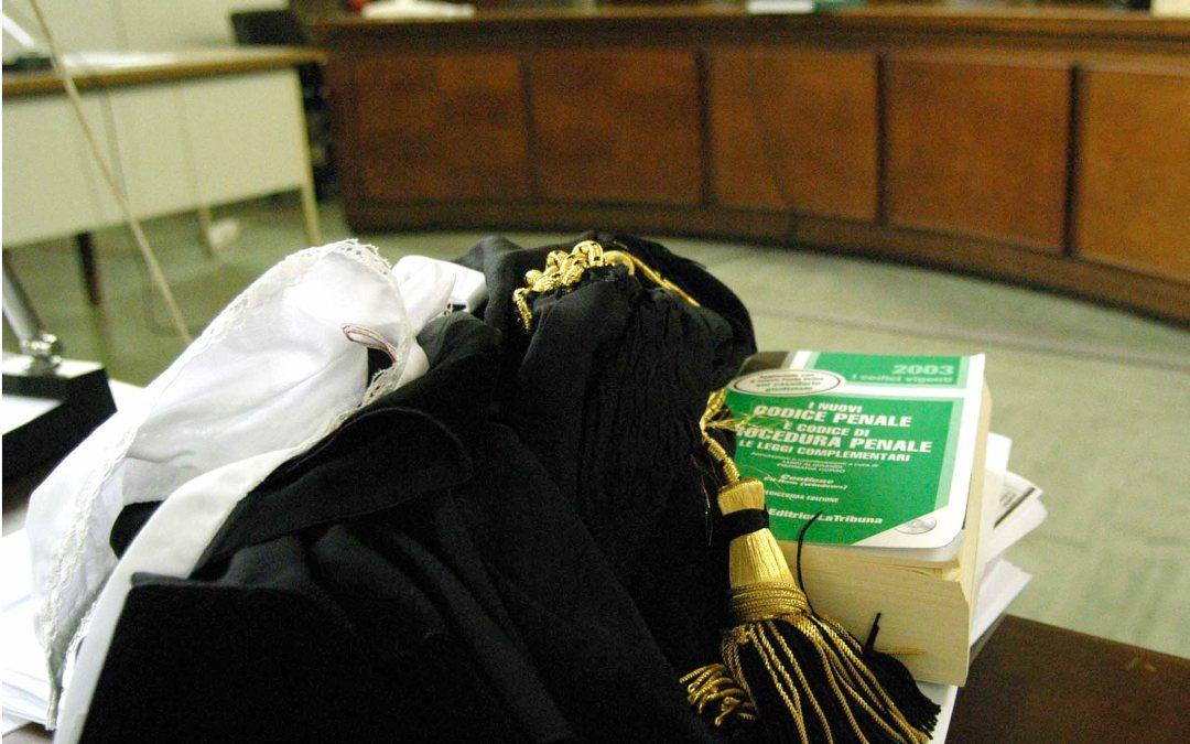 Codice di procedura penale in aula di tribunale