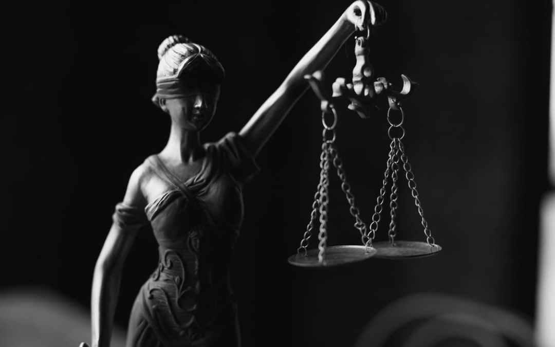 Statua della dea giustizia con bilancia