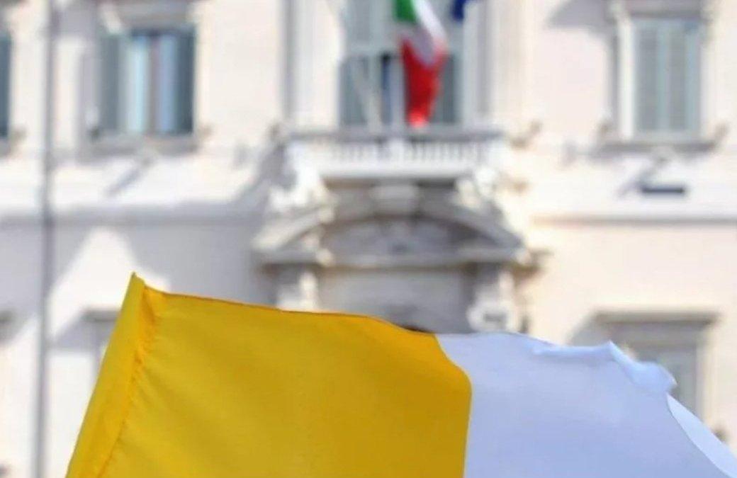 Bandiera vaticana e bandiera italiana