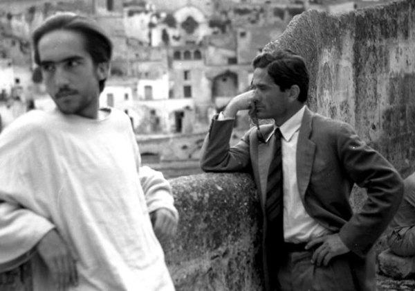"""Enrique Irazoqui, interprete di Gesù, e Pier Paolo Pasolini sul set del """"Vangelo"""" a Matera. Foto di Domenico Notarangelo"""