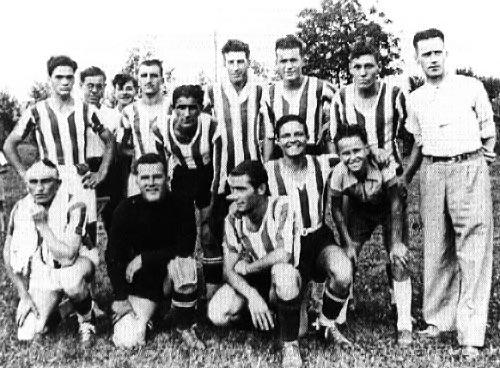 Pier Paolo Pasolini con la squadra della SAS Casarsa (1948)