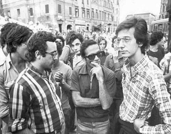 Pasolini, al centro, tra i giovani Ferdinando Adornato e Walter Veltroni. Anni Settanta.
