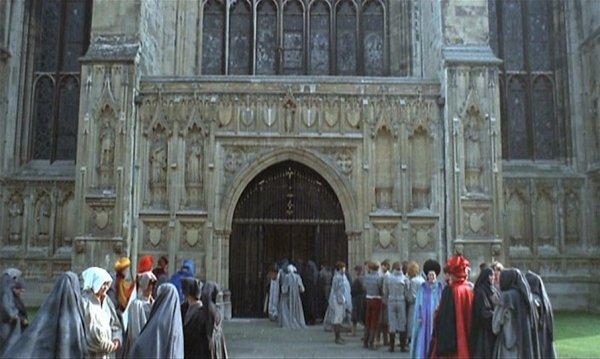 I pellegrini davanti alla Cattedrale di Canterbury, fotogramma dal film