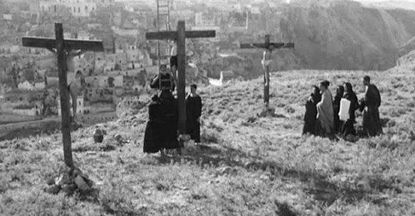 """La scena della crocefissione ne """"Il Vangelo secondo Matteo"""" (1964) di Pasolini"""