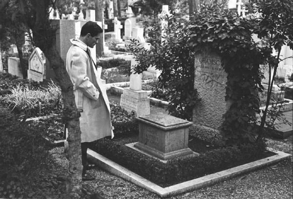 Pasolini davanti alla tomba di Gramsci