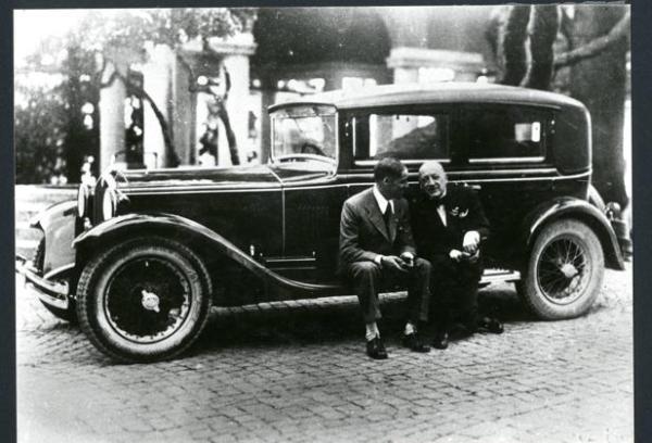Gabriele D'Annunzio con la sua Isotta-Fraschini
