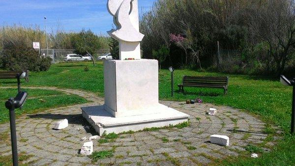 I danni al monumento alla stele di Mario Rosati