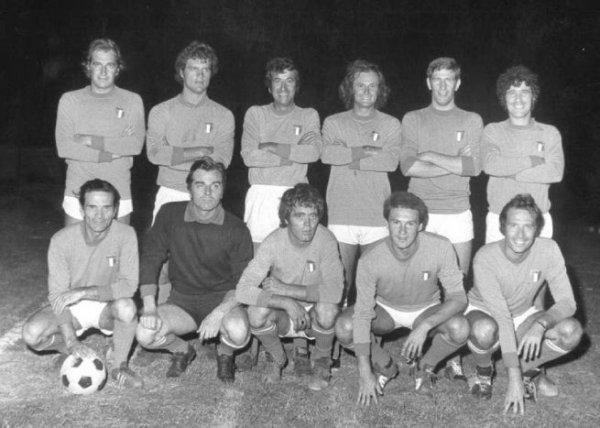 nazionale calcio attori: oltre a Pasolini, si riconoscono Ninetto Davoli, Franco Citti, Mario Valdemarin, Adamo, Fabio Capello.